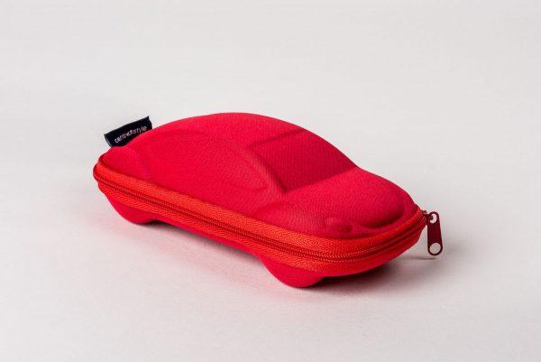 Ett snyggt glasögonfodral för barn. Format som en bil.